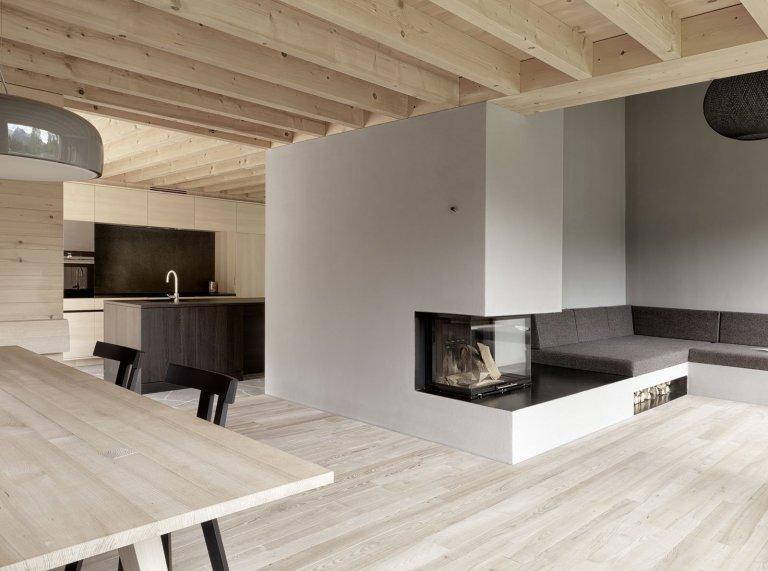 Na samém západě Rakouska, v horské vesničce jménem Bürsenberg, vyrostl překrásný dřevěný dům. Dům plný dřeva uvnitř i zvenčí, sladěný do posledního detailu a vytvořený přesně podle představ svých majitelů. Postaven je na místě, které by okouzlilo i tu nejméně romantickou duši. Pojďme se na něj podívat zblízka.