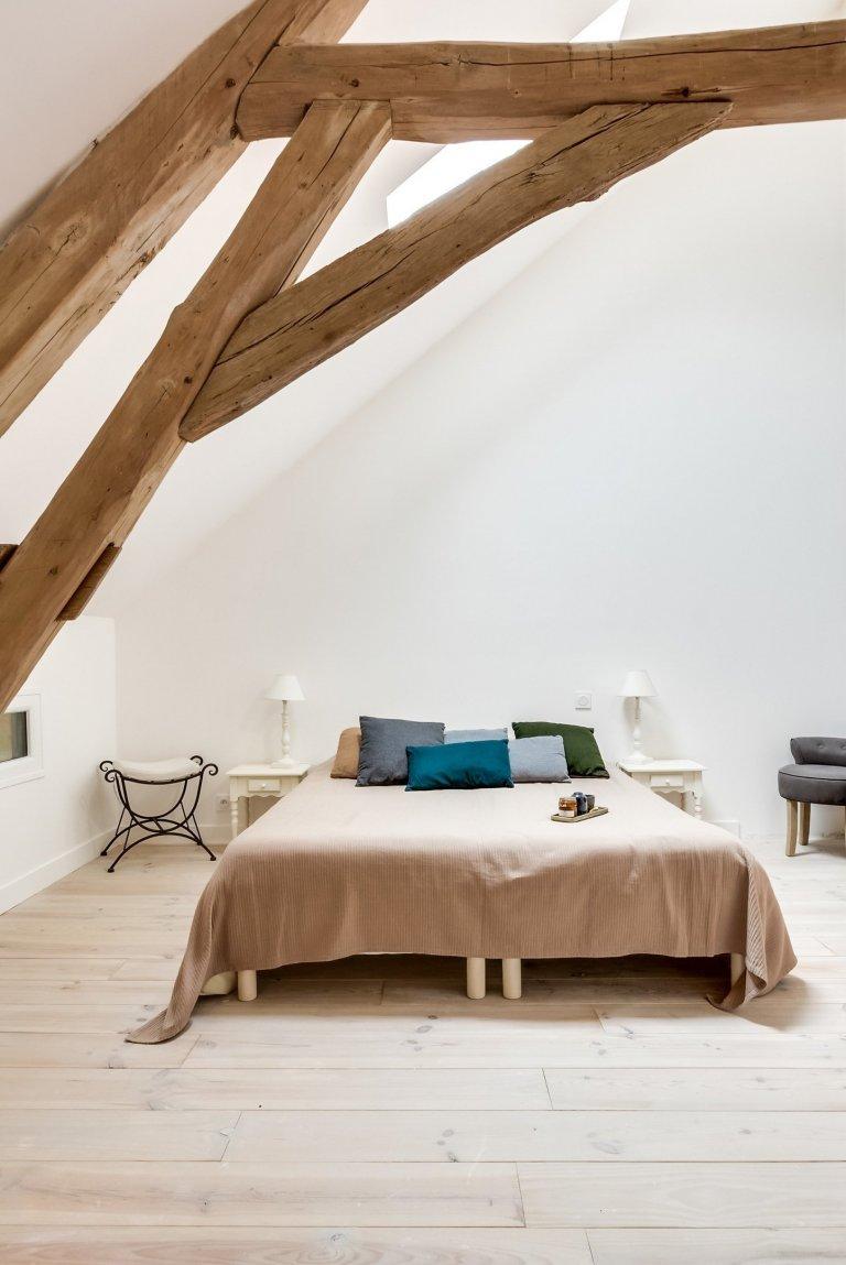 O Francouzích je známo, že mají styl, eleganci a umění jim není cizí. V interiérovém designu to není jinak a jejich cit pro krásu a historii se v něm krásně snoubí. Francouzské bydlení často kombinuje rustikální styl s modernou a nebojí se experimentovat ani s barvami. Dnes si představíme dům, který je ukázkou toho, jak takové spojení starého s novým může vypadat. A jestli se to povedlo? Posuďte sami.