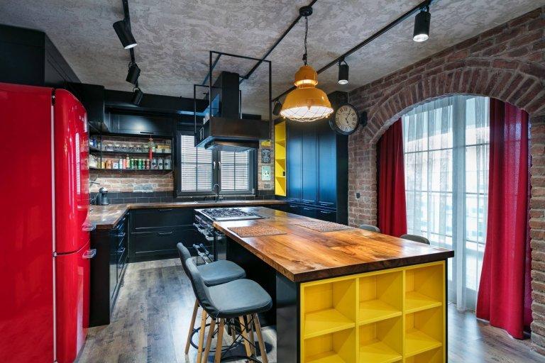 V průmyslovém duchu a tmavých tónech se nese bydlení, které si dnes ukážeme. Je určeno pro muže a tak se volbě barev i doplňků není čemu divit. Kovové prvky, obnažené cihly, šedý beton a černé akcenty. To jsou hlavní témata spojující celý interiér v pánském stylu.