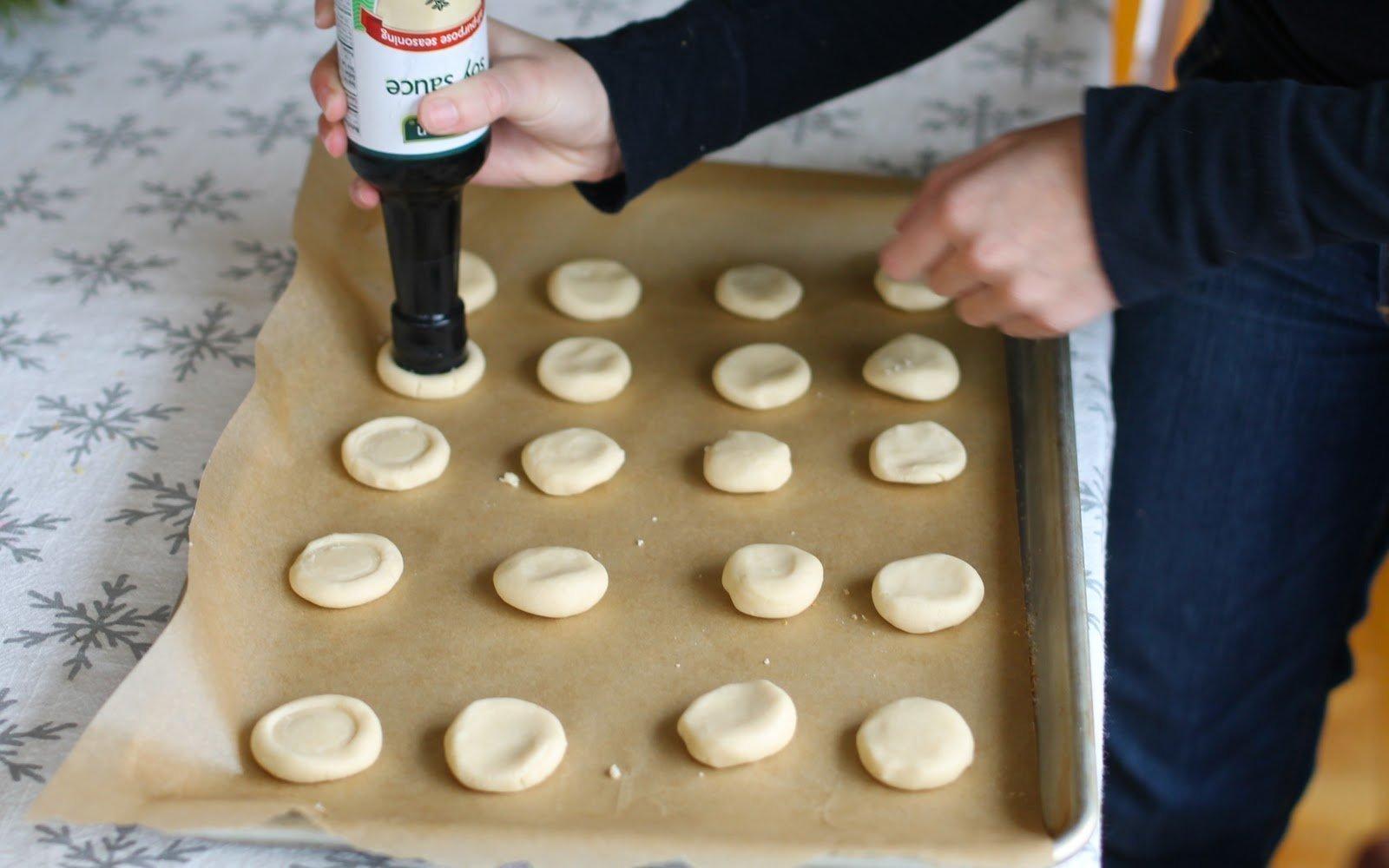 Pečete každý rok to samé cukroví a hledáte nějakou novou inspiraci? Máme ji pro vás. Zkuste si letos upéct máslové sušenky ve tvaru knoflíků, které všechny jistě zaujmou a provoní vám celý dům. Pusťte se s námi do opravdu zábavného pečení.