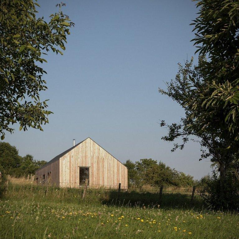 Dnes si ukážeme pohodlné a funkční bydlení. Moderní dům s dřevěným obložením a klasickou sedlovou střechou, na dobré adrese. Postaven byl v místě zvaném Vezet, na východě Francie a rozprostírá se na 110 m2.