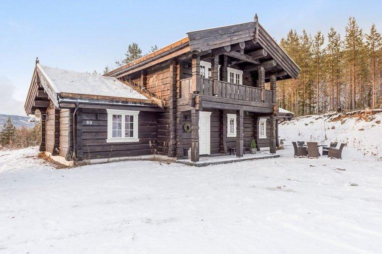 Sruby a dřevěnice jsou typické pro hory a vesnice, všude tam, kde je člověk blíže přírodě. Když se ještě povede dřevostavbu postavit na kopci s krásným výhledem do okolí, je to něco úžasného. Stavby ze dřeva mají své nezaměnitelné kouzlo a my jsme mu propadli také. Dnes navštívíme severskou chatu v městečku Trysil v Norsku. Je výjimečná nejen svým designem, ale také místem, kde byla postavena.