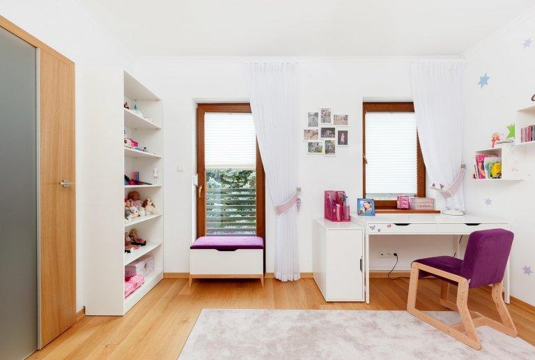 Ve středu Polska, v městečku zvaném Łódź, byl postaven moderní dům, pro rodinu s dětmi. Na projektu pracovalo architektonické studio Arte Architekci z Polska a při návrhu interiéru vycházeli z požadavků rodiny. Prostorný světlý interiér, cihlová zeď, nebo dýhovaný nábytek, to vše v něm můžete najít a třeba se nechat inspirovat.