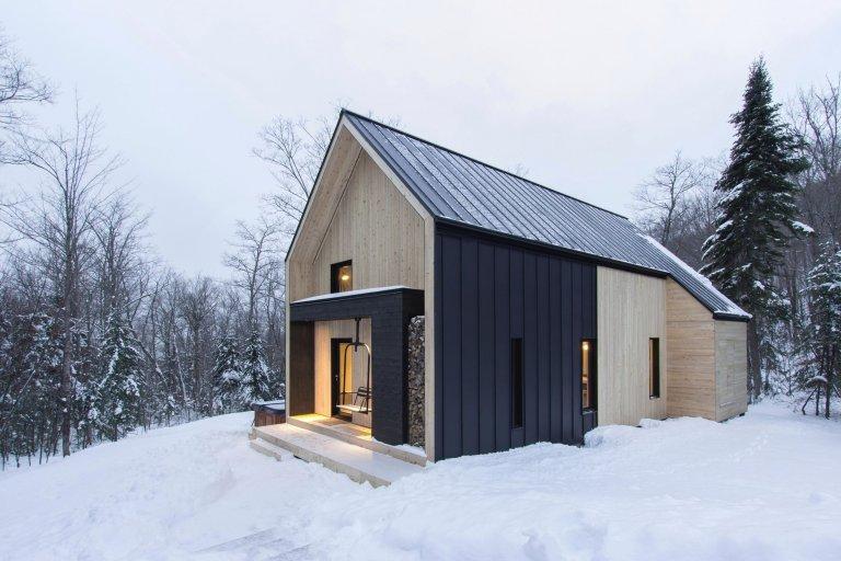 Boreale je okouzlující vila, moderní rezidence, která se nachází v Charlevoix, ve východní oblasti kanadské provincie Quebec. Oblast je známá svými zalesněnými kopci, množstvím sjezdovek a nádherným výhledem. Vila se nachází v srdci lesa, na mírně svažitém pozemku a harmonizuje s všudypřítomnou vegetací. Pojďme nahlédnout jak vypadá uvnitř.