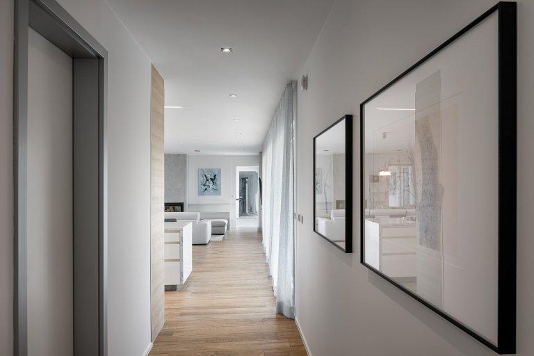 Z pokojů rovnou na zahradu  Přízemní moderní dům s půdorysem do tvaru písmene L se vnitřní stranou otevírá do zahrady skrze velká posuvná okna přes celou šířku…