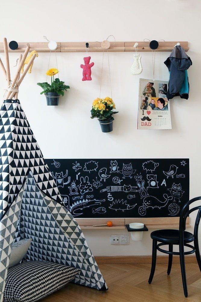 Základní kostra bytu je zrealizována v neutrálních barvách. Dominuje zde dřevo, převážujebílá a do toho vstupuje černá konstrukce ocelového schodiště. …