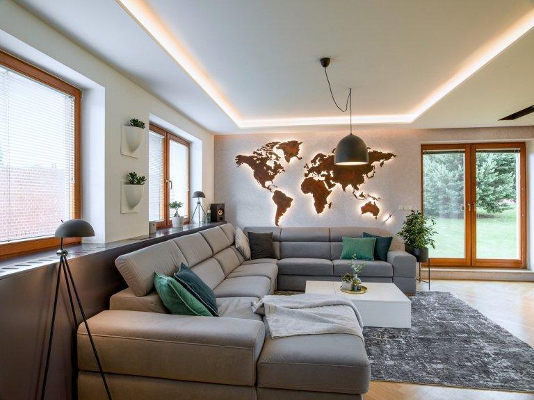 Dominantním prvkem, který jsme navrhli do stávajícího domu je jednoznačně světelná mapa světa.Díky magnetickému povrchu umožňuje majitelům vystavit fotky z…