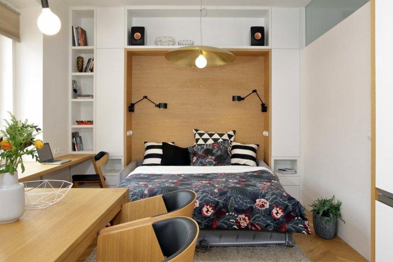 Rekonstrukce malého bytu spočívala v přesunu zázemí s koupelnou do souvislého bloku, který je prosvětlen úzkým světlíkem po jeho délce. Toto řešení umožnilo…