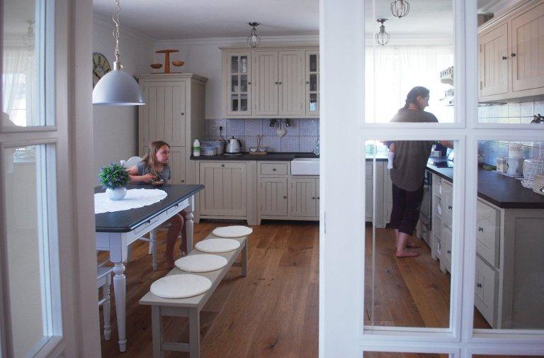 Kuchyně oděná do modrošedé