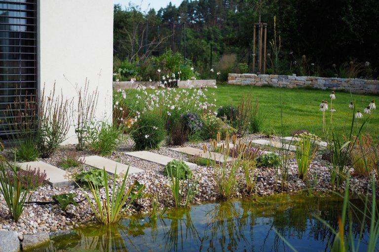 Zahrada stavební architektky a její rodiny nad Ptáčovským žlebem s krásnými pohledy do jeho údolí. Místo nevelké plochy, zato s velkým zadáním – zahradní…