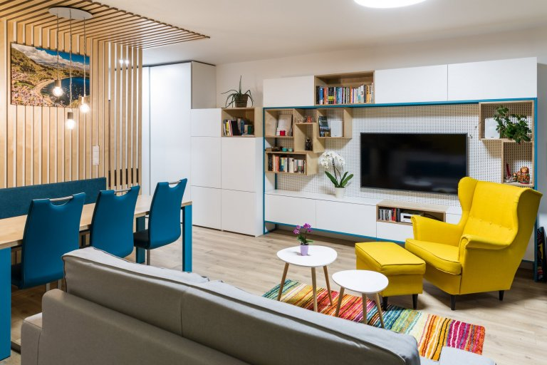 Žlté schody na dobrej adrese  Trojizbový mezonetový byt prešiel na začiatkuzmenami dispozície, kde sme eliminovali chodby a podlahovú plochu využili na…