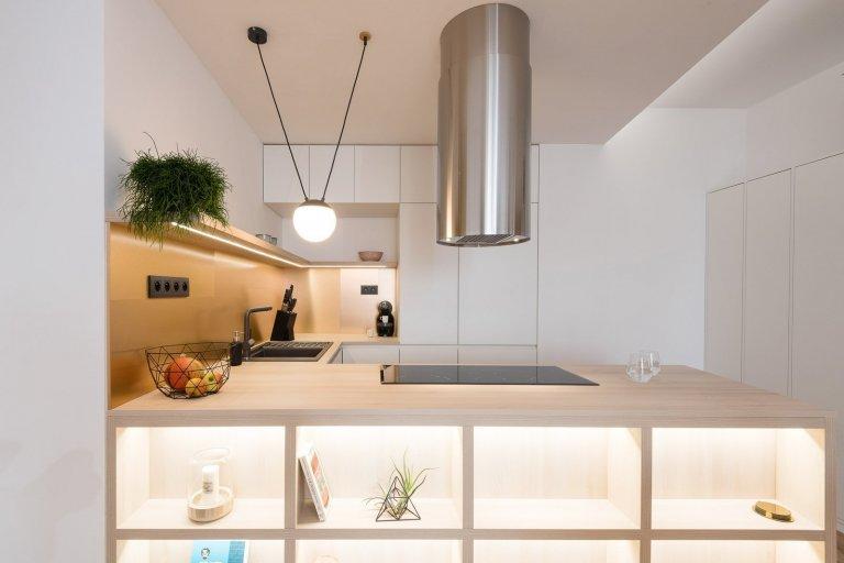 Nadmieru príjemná a útulná realizácia interiéru pre sympatický mladý pár. Srdcom neveľkého interiéru sa okamžite stal združený obytný priestor, najmä kuchyňa s…