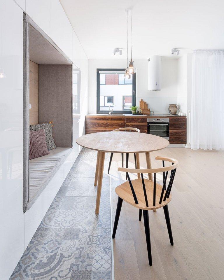 Návrh interiéru sprvkami škandinávskeho dizajnu azbierkou umeleckých diel.Naprvý pohľad sú vnovopostavenom byte badateľné…