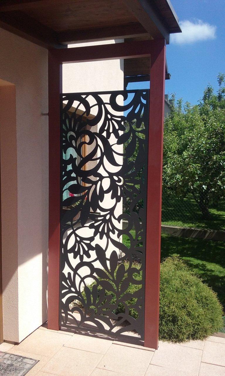Zástěna u vchodu do domu