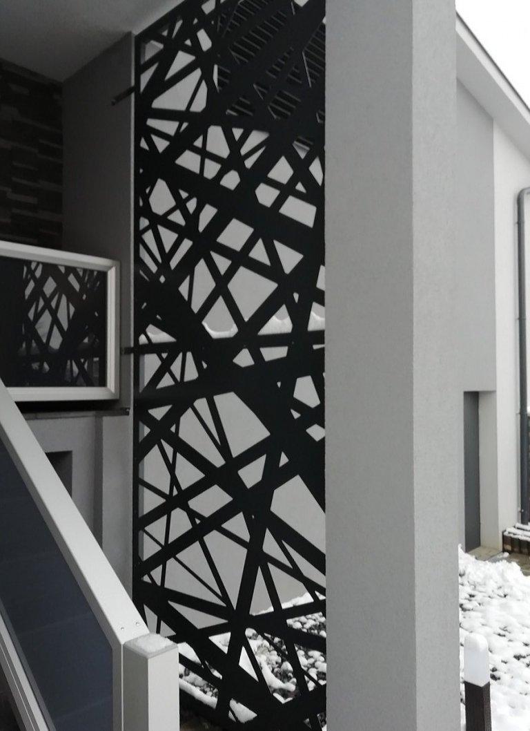 Designová zástěna u vstupu do domu.