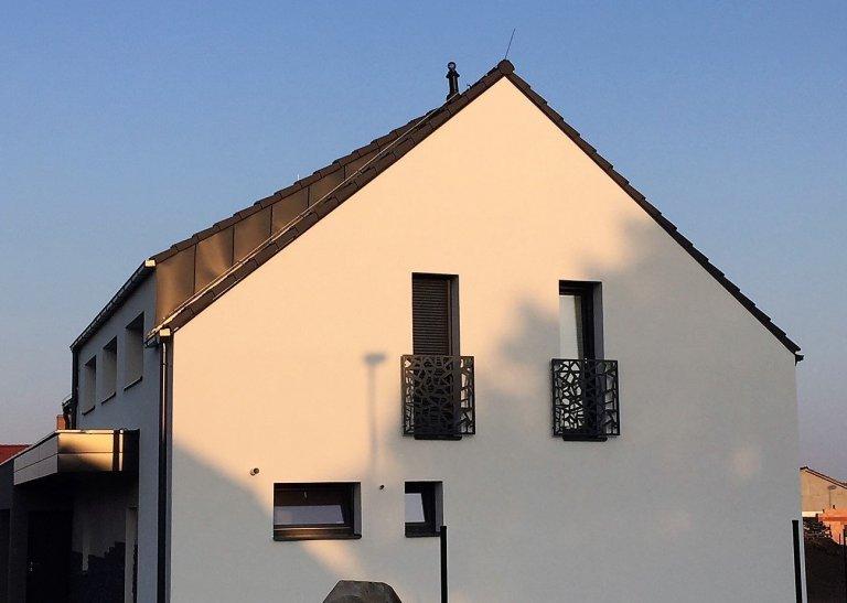 Designové balkonové zábradlí před francouzskými okny.