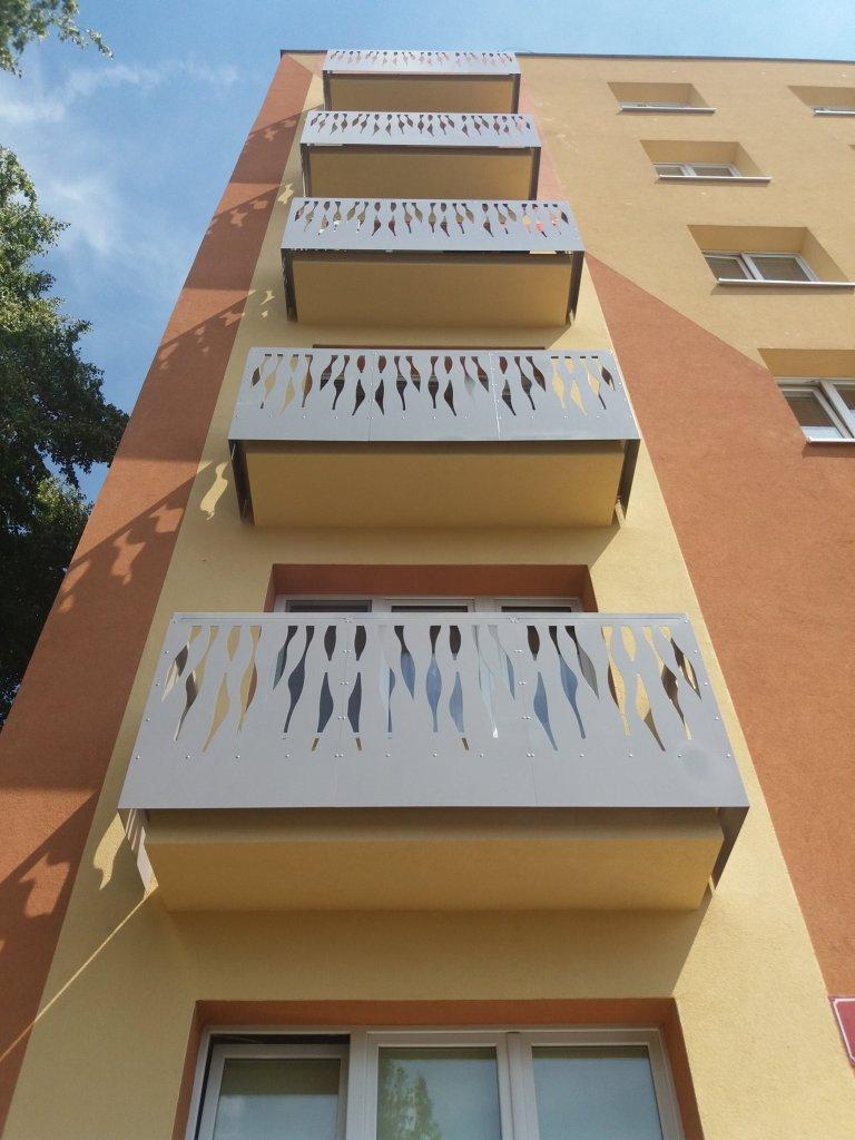 Balkonové zábradlí na panelovém domě.