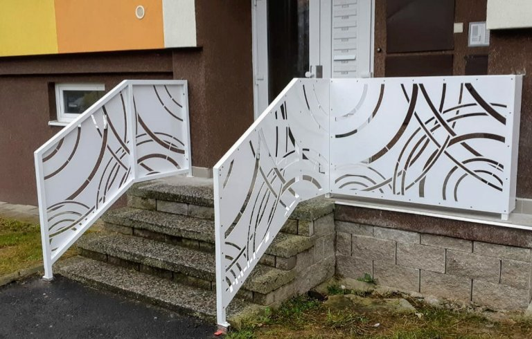 Designové zábradlí u vchodu panelového domu.