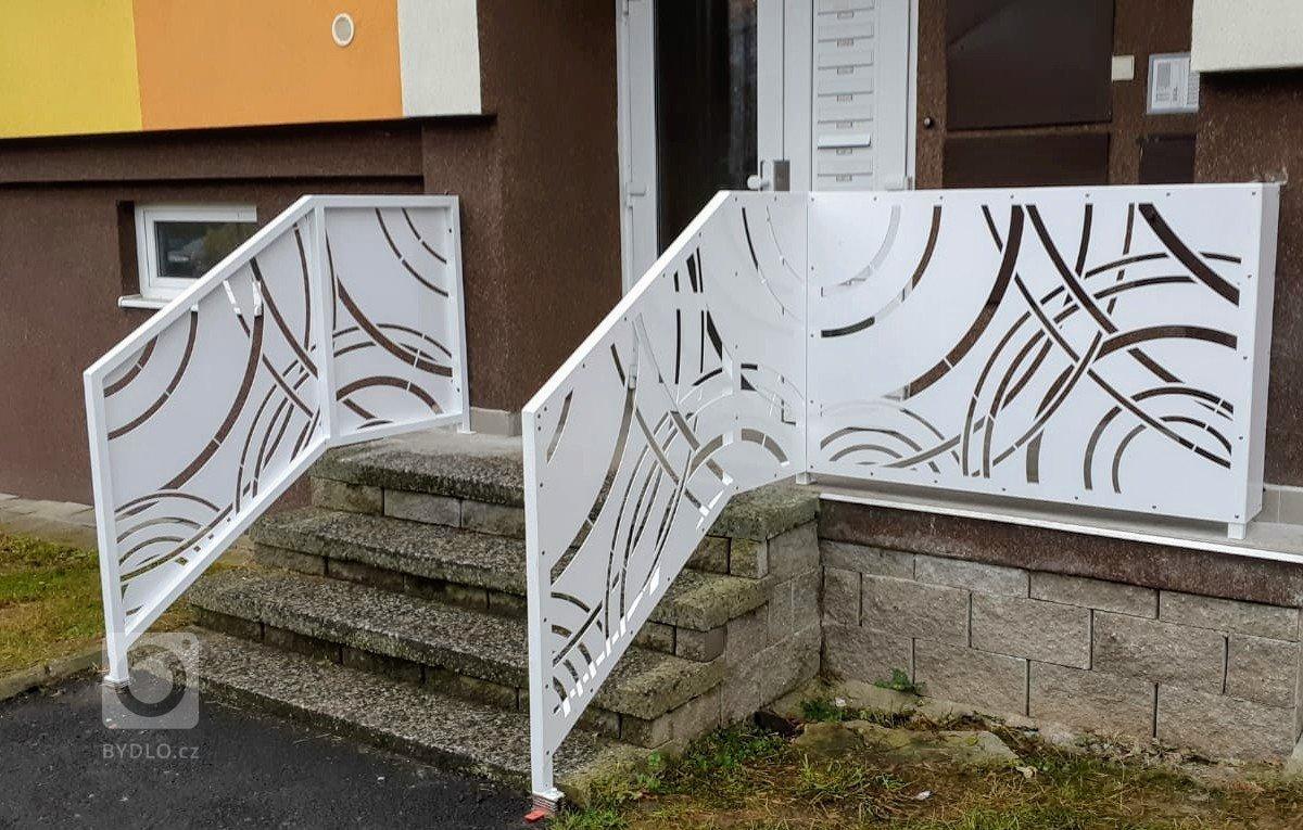 Dodání a montáž designového zábradlí u vchodu do panelového domu.