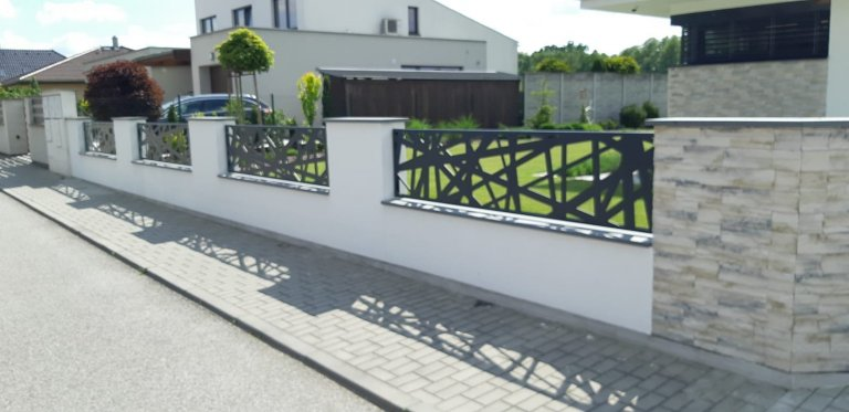 Moderní hliníkový plot - pavučina