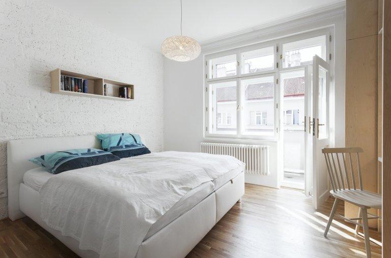 Sloučení dvou bytových jednotek (2+1 s garsonkou). Vzniká jednoúrovňový byt 4+kk o celkové ploše 116 m2. Jen malými dispozičními úpravami dosahujeme úplně…