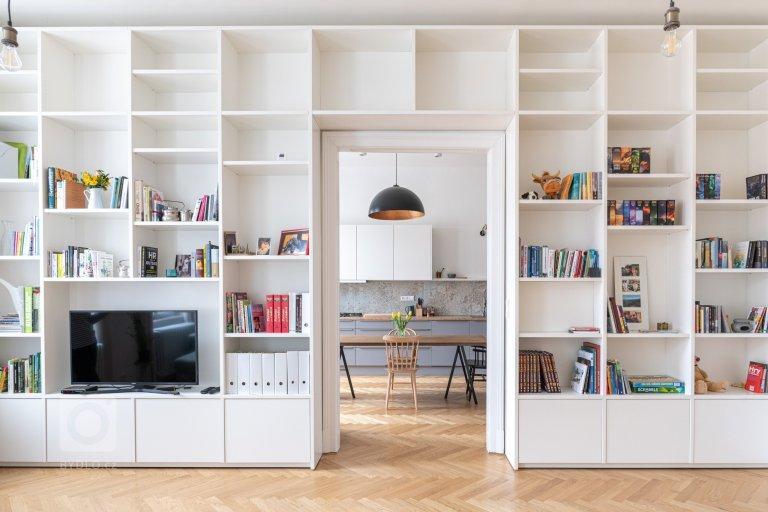 Pohled z obývacího pokoje přes knihovnu do kuchyně