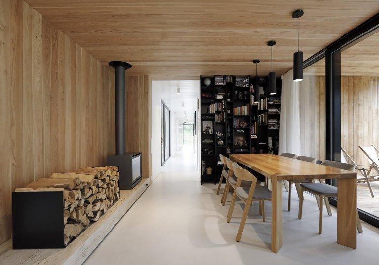 Dům v Neveklově pracuje se základním, archetypálním tvaroslovím rodinného domu se sedlovou střechou. Kompozičně jde o dvě budovy se stejným sklonem střechy a…