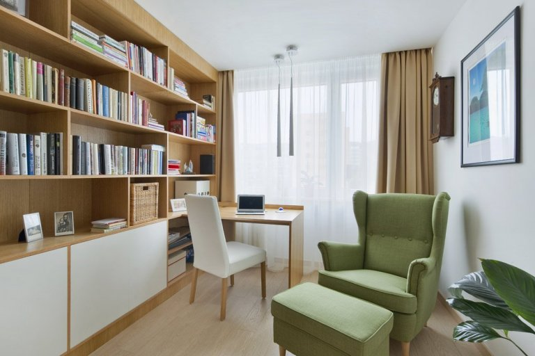 Rekonstrukce panelového bytu v odstínech dřeva a bílé.