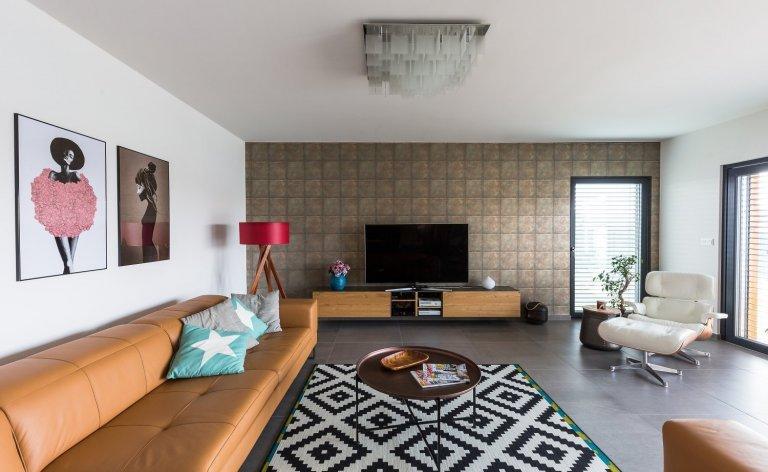 Zajímavý důmpro čtyřčlennou rodinu.Kuchyň s ostrůvkem na varnou desku sousedí s velkorysým obývacím pokojem s velkými prosklenými okny. V domě jsou…