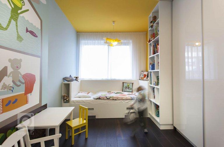 Základním konceptem interiéru je otevřený obytný pokoj s kuchyní a jídelním stolem na který navazuje soukromá část s ložnicemi. Dominantním materiálem je…