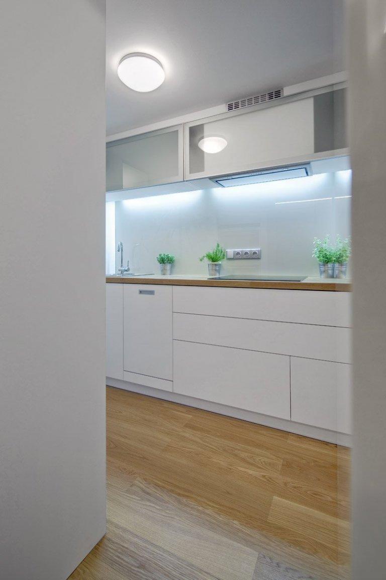 Malý prostor, velká výzva. Pokusili jsme se o zázrak a navrhli byt, který na ploše 23 m2 nabízí vše, co mladý člověk k životu potřebuje. Kuchyně na podiu s…