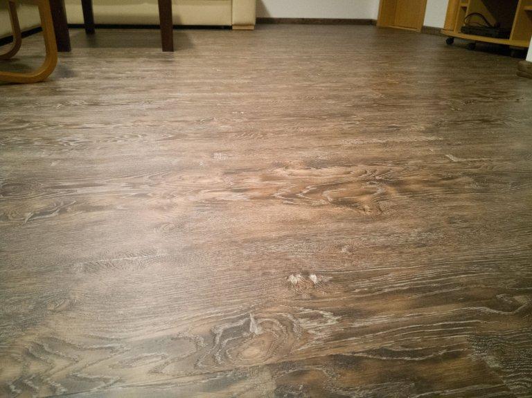 Detail vinylové podlahy BUKOMA PREMIUM CLICK dekor Dub Stoletý. Technologie povrchu této podlahy je řešena registrovaným embossem, dekorová vrstva navazuje na reliéf povrchu, čímž je dosažena imitace dřeva k dokonalosti.