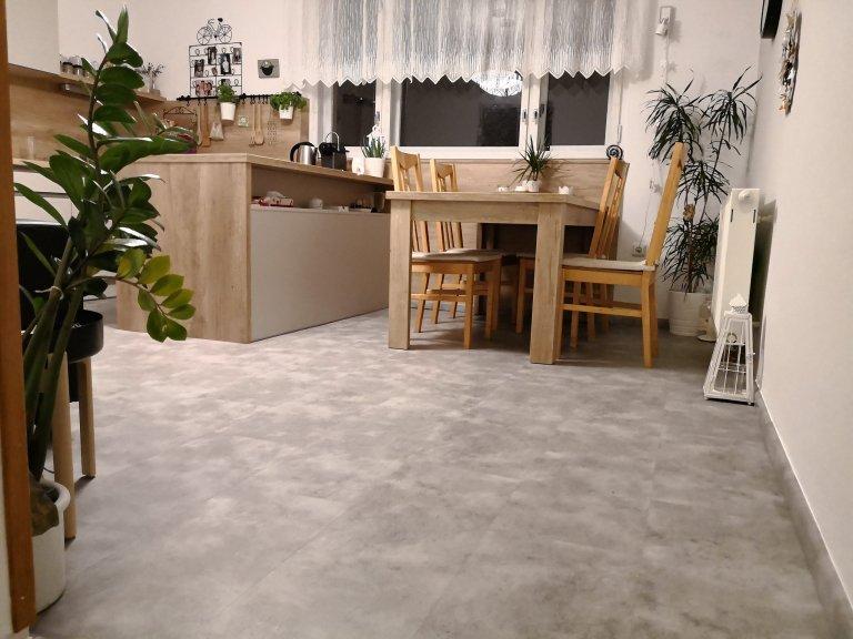 Kuchyň s vinylovou podlahou v dekoru kamene