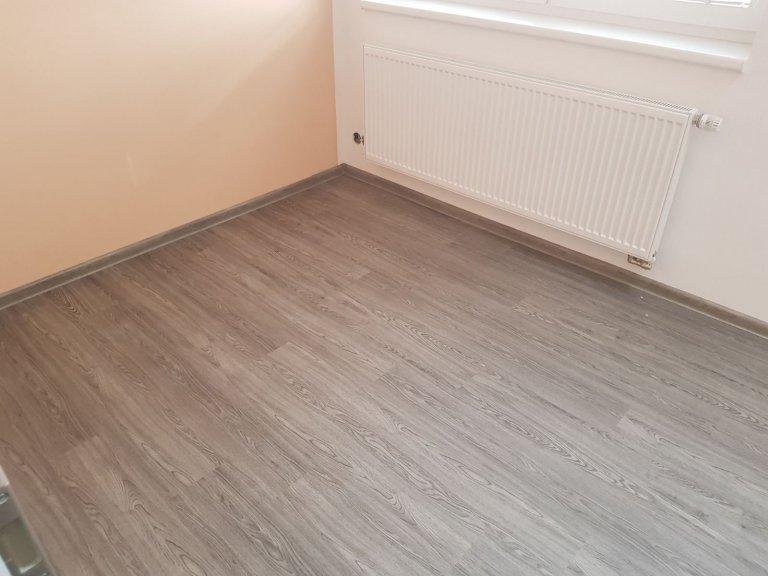 Ukázka realizace s vinylovou plovoucí podlahou BUKOMA PREMIUM CLICK - dekor Dub Urban. Stejný dekor podlahy je v celém domě včetně schodiště.