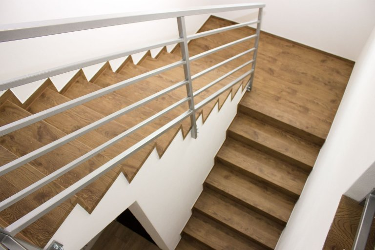 Schodiště řešeno pomocí MDF nášlapů s vinylovou podlahou BUKOMA CLICK