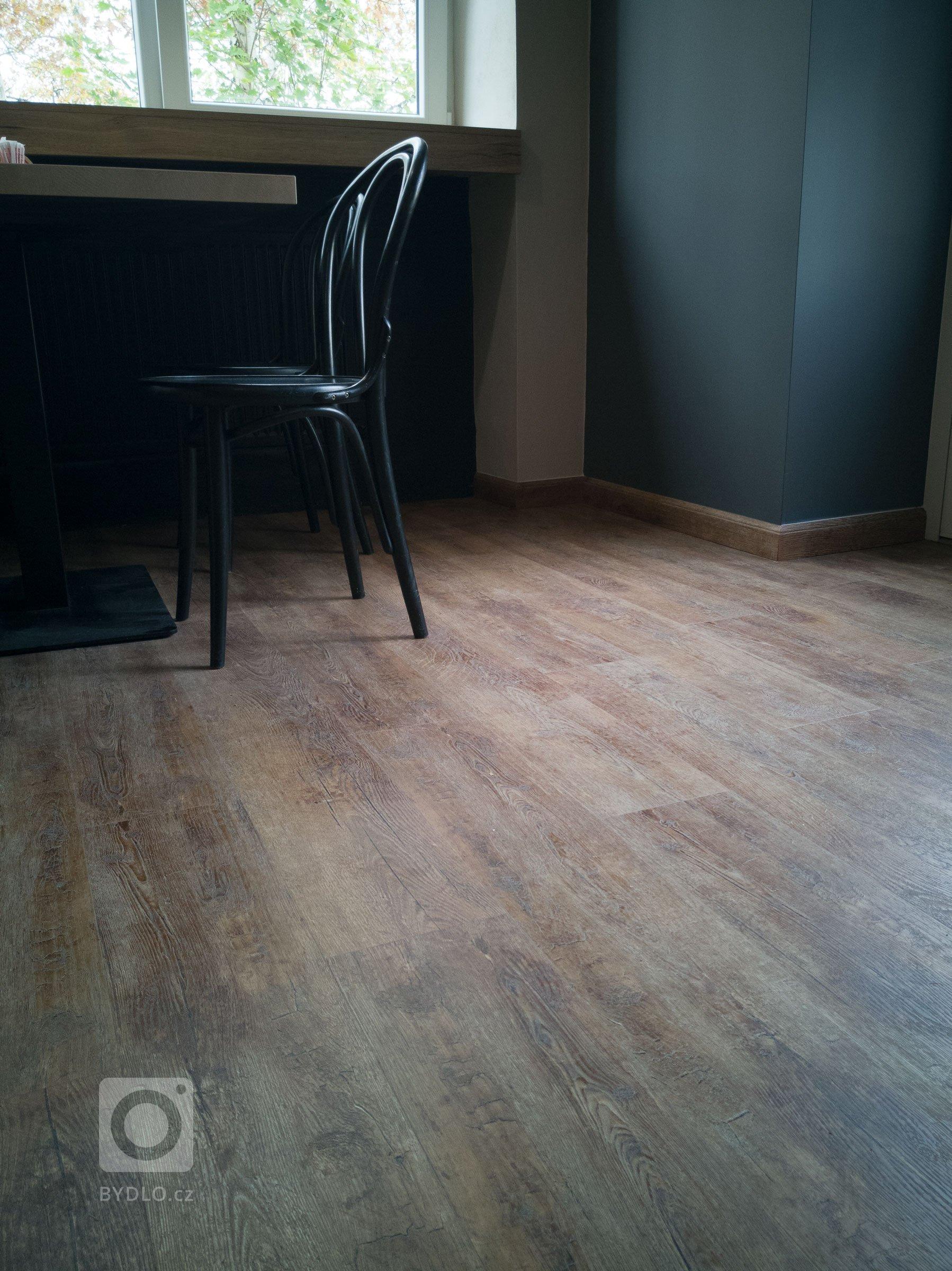 Za povšimnutí stojí taky soklové lišty s přesným dekorem podlahy, které dodávají dojem dřeva