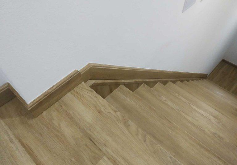 Renovace schodiště i podlah s vinylovou podlahou Dub Gladstone Hnědý
