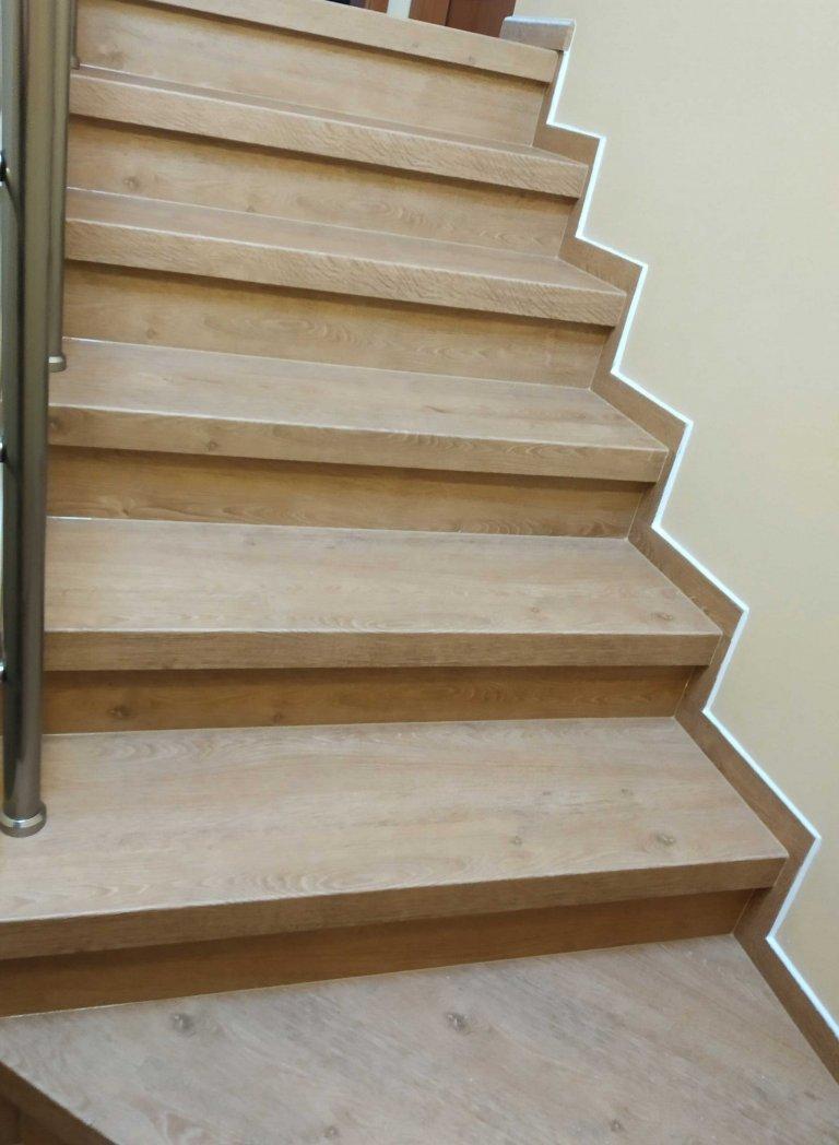 Nos schodů je řešen dvojohybem podlahového dílce nalepeným na schodnici z MDF desky