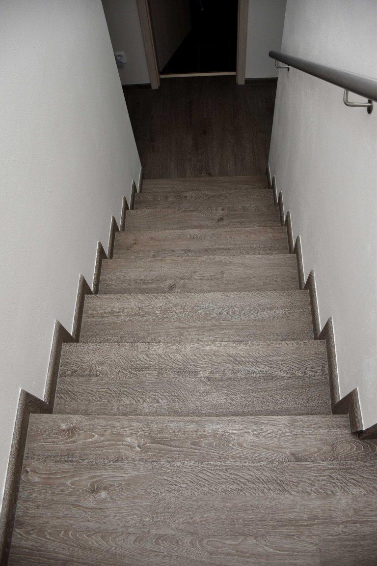 Pohled ze schodiště směrem dolů