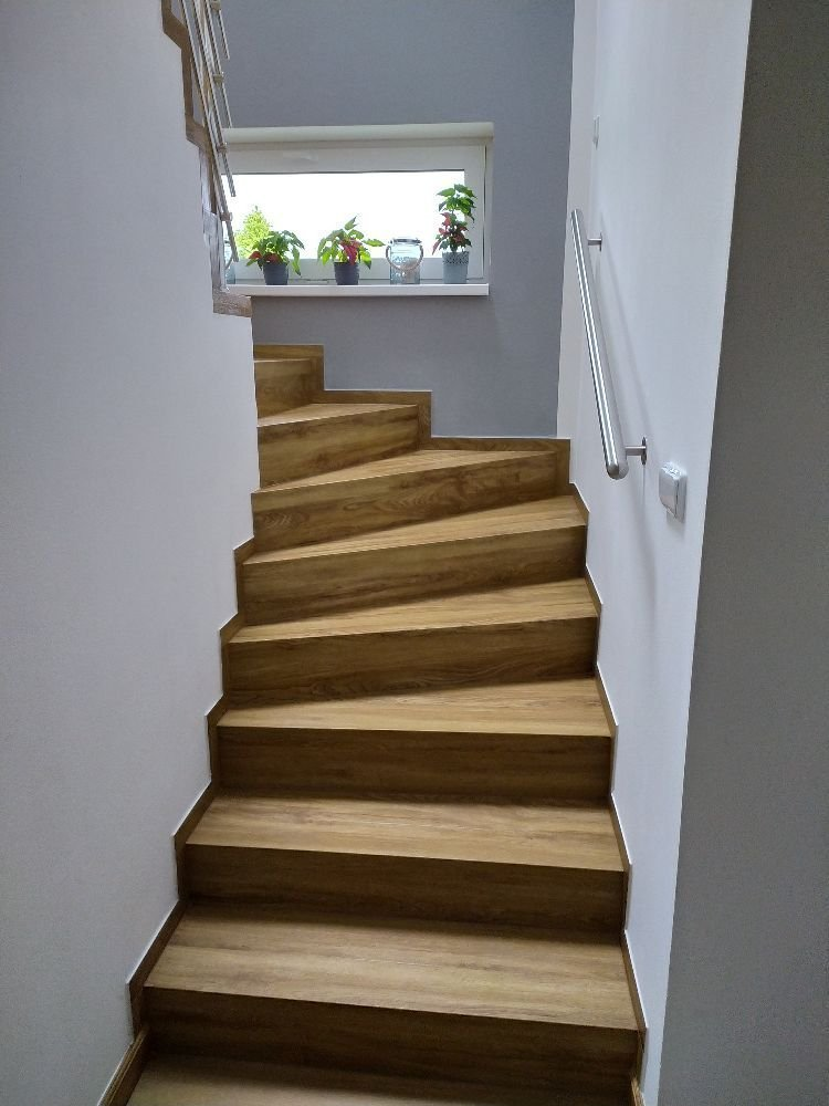 Stejný dekor podlahy i na schodiště