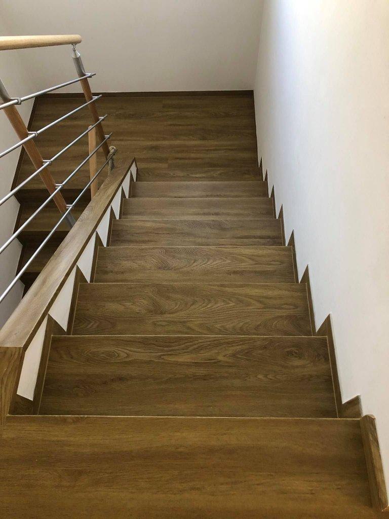 Hrany schodů jsou řešeny ohybem bez kovových profilů