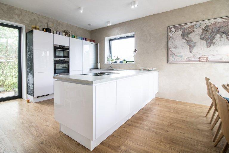 Lesklá bílá kuchyně