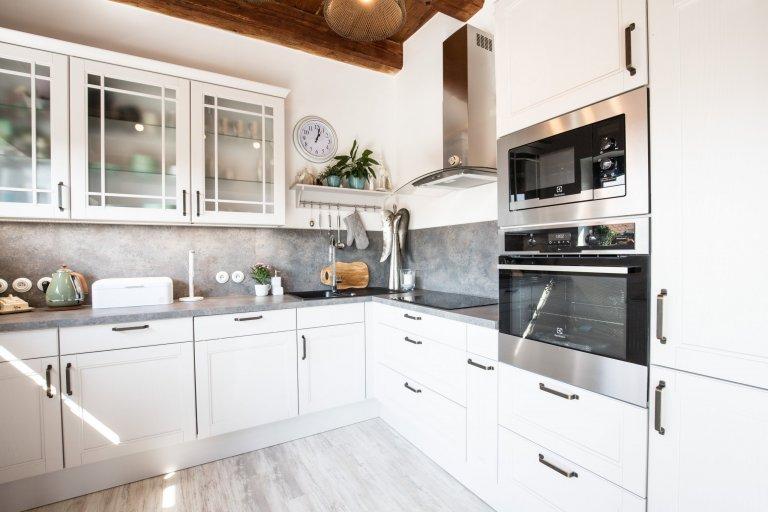 Dostatek denního světla a spousta prostoru je nejvíc, co si člověk v kuchyni může přát. A to ani nemluvíme o nádherném dřevěném stropu.
