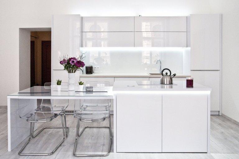 Elegantní bílá kuchyň
