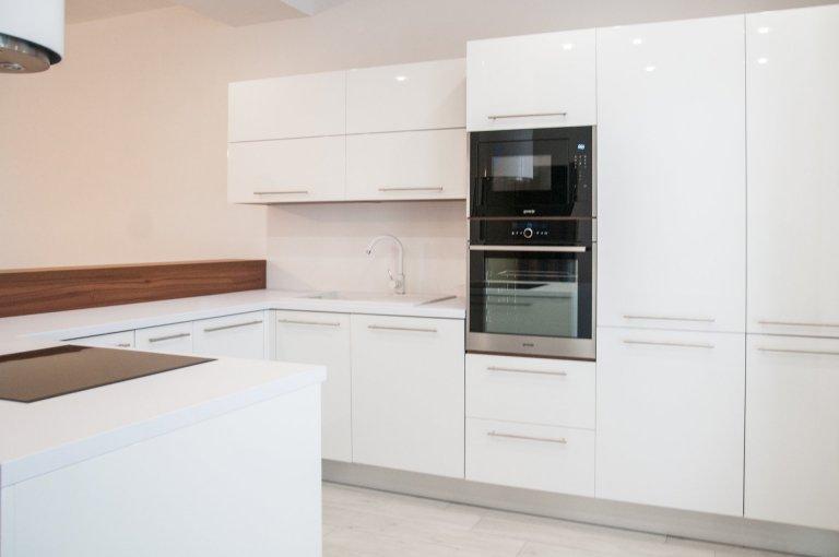 Bílá designová kuchyň