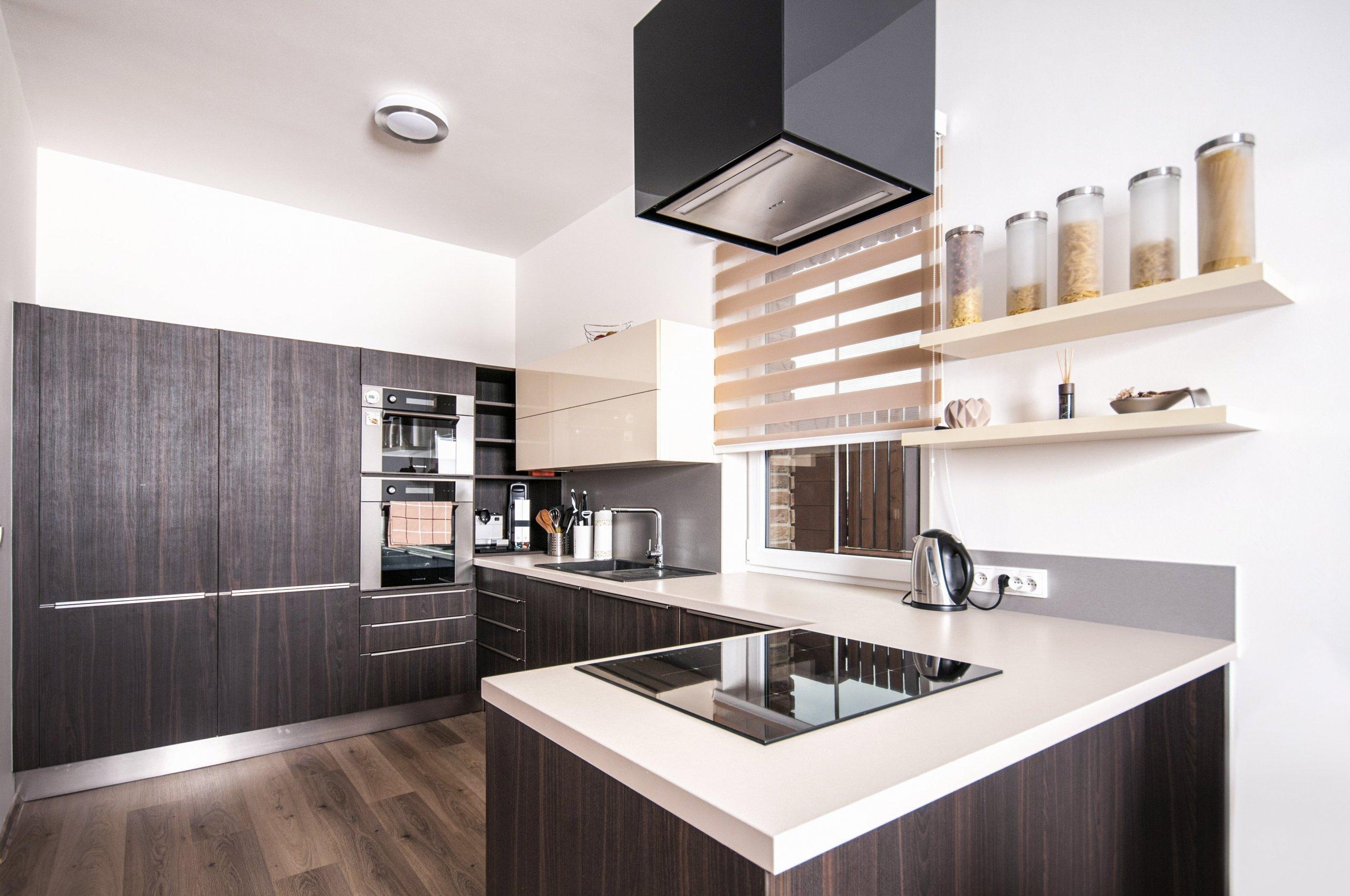 Elegantní, malá, ale přesto plně funkční kuchyň s vařením v prostoru, které udržuje kuchařku v kontaktu se zbytkem obývací místnosti. Sestava skříní skrývá…