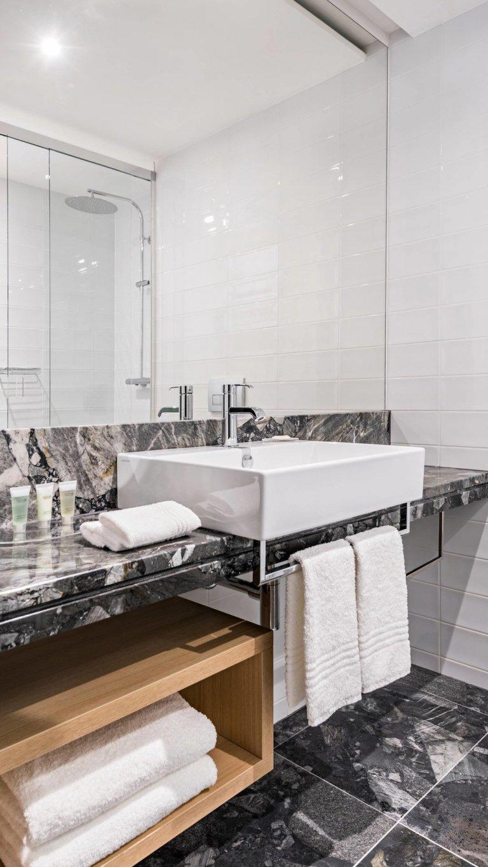 Dodávka obkladů, dlažeb a zařizovacích předmětů do luxusních koupelen hotelu Courtyard by Marriott.