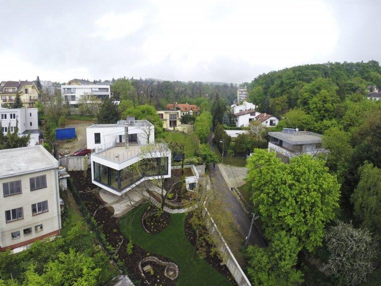 Unikátní dům kličkuje mezi stromy na složitém pozemku