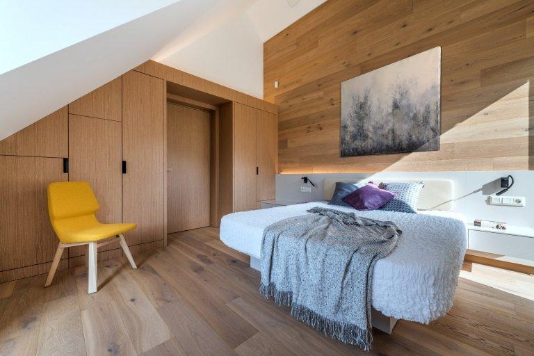 Hlavním motivem pro ztvárnění interiéru byl respekt k okolní přírodě a používání přírodních materiálů. Proto architekt zvolil jako nosné motivy dubové dřevo,…