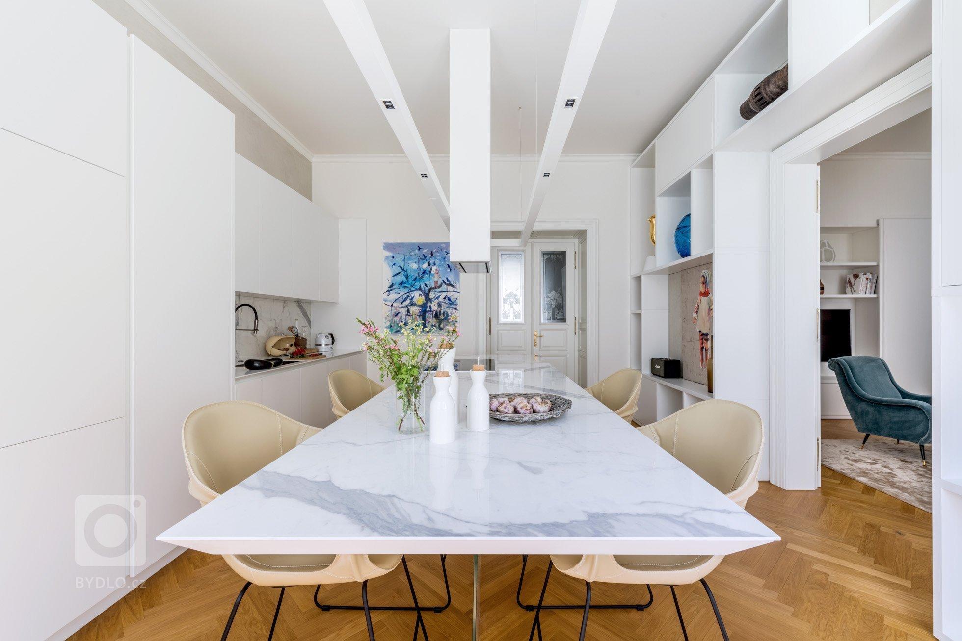 Propojit moderní akcenty shistorickým duchem kompletně zrekonstruovaného bytu včinžovním domě vsamém centru Prahy bylo pro minimalisticky…